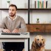 homem usando sua linha brailliant bi 40x ao lado do seu cão